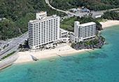 ホテルリゾネックス名護 沖縄本島北部の名護市に在るリゾートホテル。沖縄美ら海水族館までは、車で約30分と近く、ホテルの目の前にあるビーチではマリンスポーツを楽しむことができる。